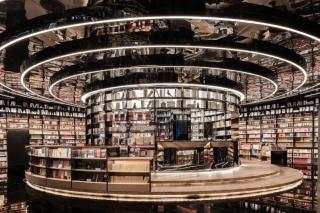 """言几又丨厦门万象城书店,流线、镜面、黑金色调、将""""城市岛屿""""植入空间。文青打卡必去!"""