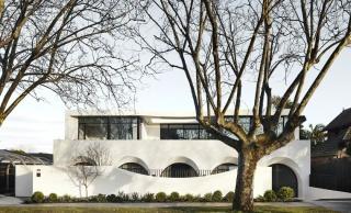从外面看就是个别墅,其实是2个大平层,简约设计也有豪宅范!