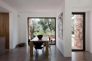 橄榄树林中的房子